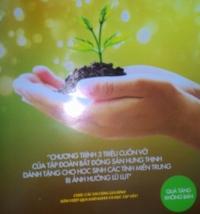 Tập đoàn Bất động sản Hưng Thịnh trao vở cho học sinh huyện Quế Sơn